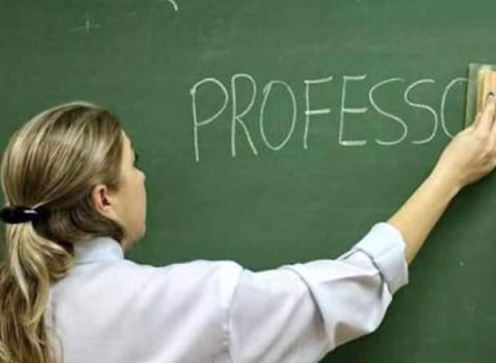 professora escrevendo no quadro