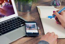 procurando emprego no notebook e no smartphone