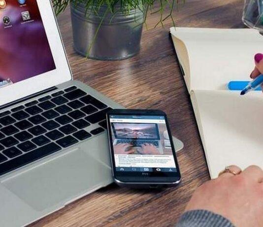 fazendo anotações procurando-emprego-no-notebook e no smartphone