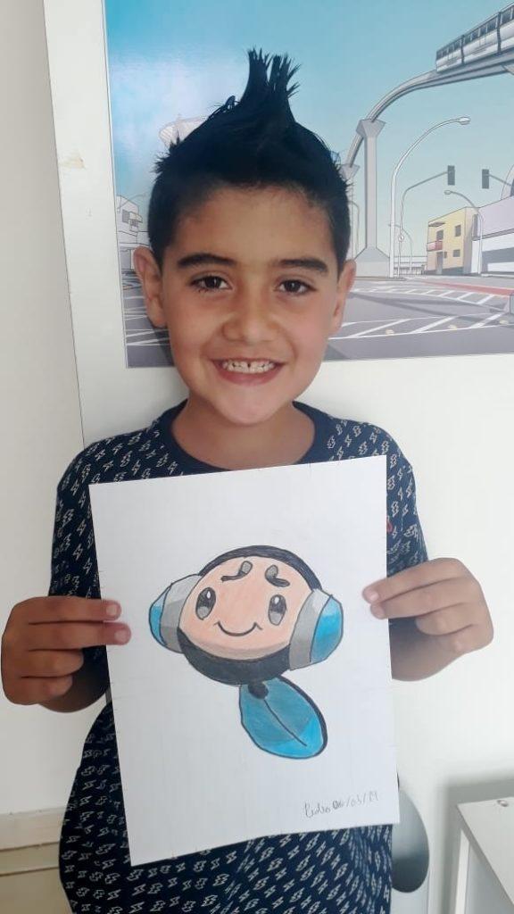 Pedro segurando desenho