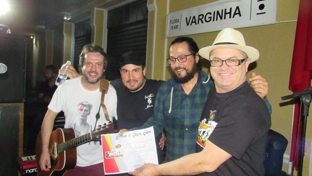 O diretor-superintendente da Fundação Cultural, Lindon Lopes, entregando o certificado de participação aos integrantes da banda Sissibonaflá