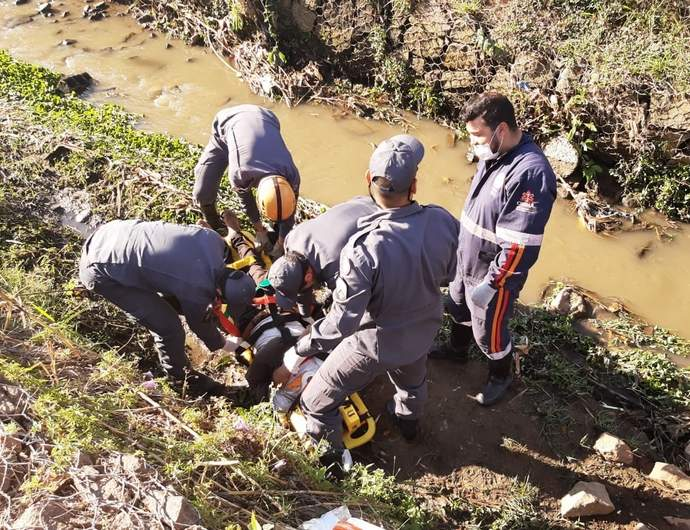 Homem cai no ribeirão