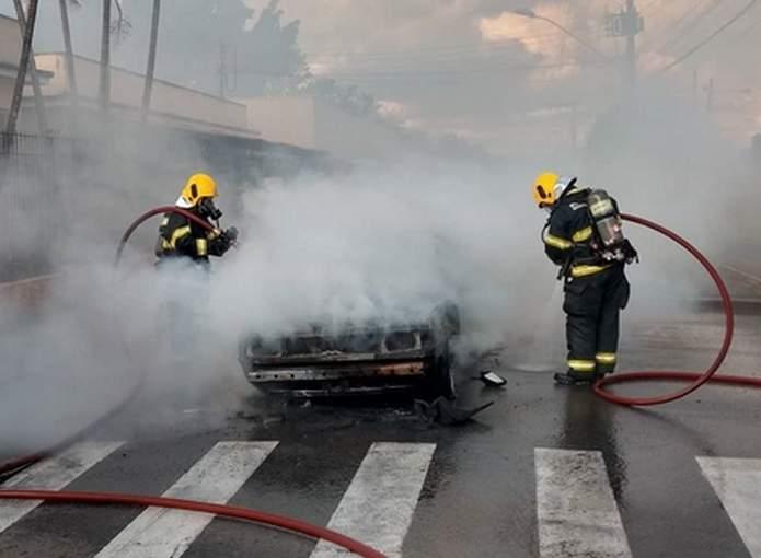 carro pega fogo em Varginha