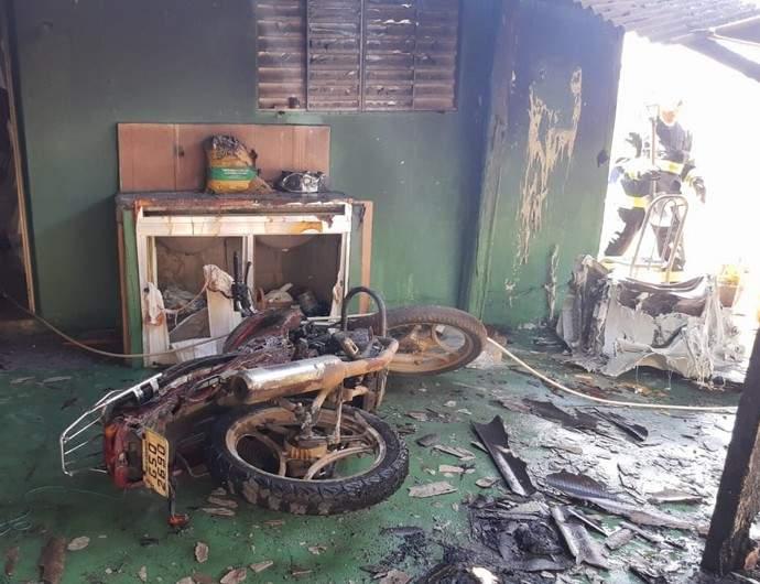 Casa pega fogo na Vargem