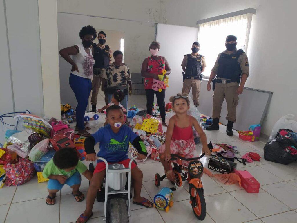 policia-militar-entrega-brinquedos-e-doacoes-em-varginha