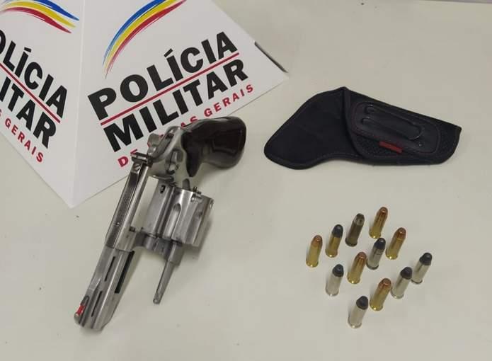 Arma apreendida no bairro Sion em Varginha