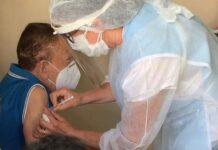 Idoso vacinado contra Covid-19